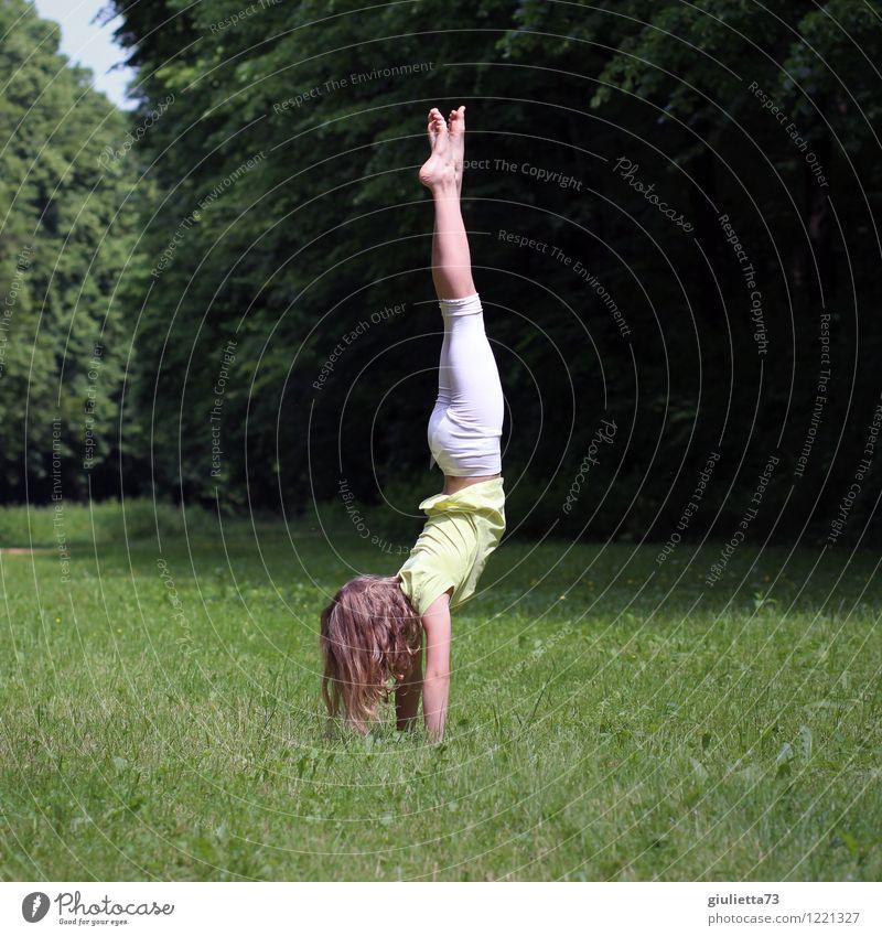 Handstand im Park Spielen Sport Fitness Sport-Training Yoga Turnen Kind Mädchen Kindheit Jugendliche Leben 1 Mensch 8-13 Jahre Frühling Sommer Schönes Wetter