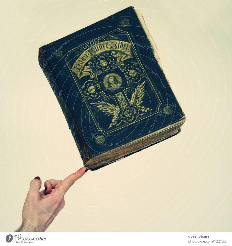 Weight of the World. Hand alt schwarz Religion & Glaube Buch gold groß Finger Schriftzeichen außergewöhnlich Mensch dick Kreuz Nostalgie Kruzifix