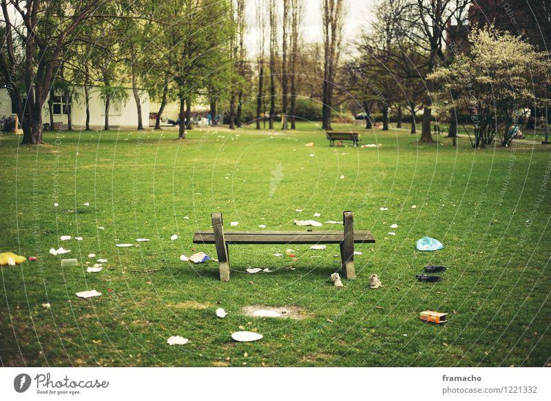 Party is over Feste & Feiern Umwelt Frühling Garten Park Wiese Berlin Stadt Hauptstadt Menschenleer Bank Müll Reinigen sitzen dreckig Ekel hässlich grün