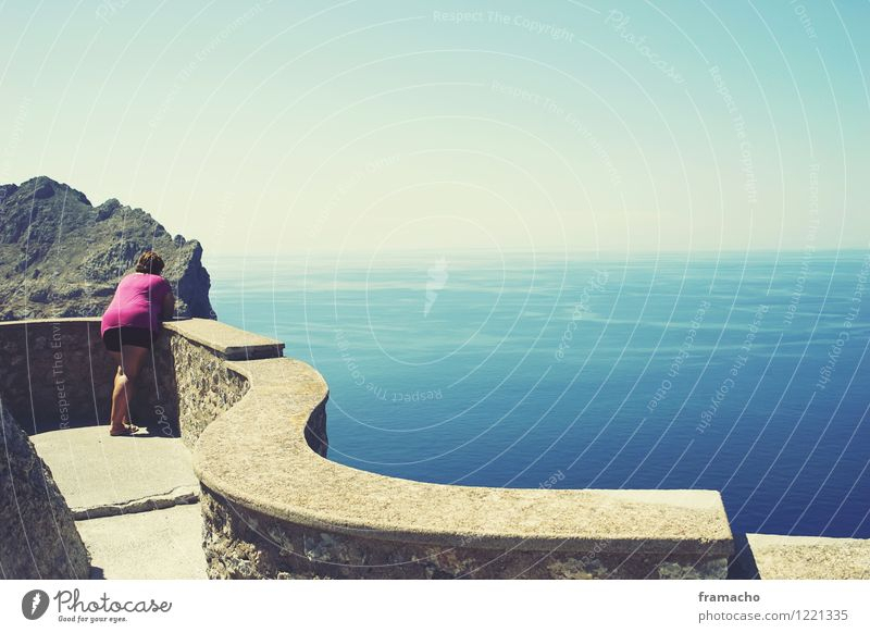 Der Tourist Mensch Frau Himmel Ferien & Urlaub & Reisen Sommer Wasser Sonne Meer Landschaft ruhig Ferne Erwachsene Umwelt Leben feminin Küste