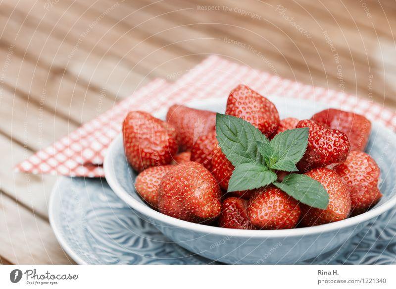 Lecker Erdbeeren IV Frucht Bioprodukte Vegetarische Ernährung Geschirr Teller Schalen & Schüsseln frisch Gesundheit lecker süß genießen Serviette Holztisch