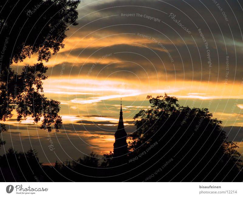 Turm Sonnenuntergang Kirchturm Baum Dämmerung Wolken Abend Himmel