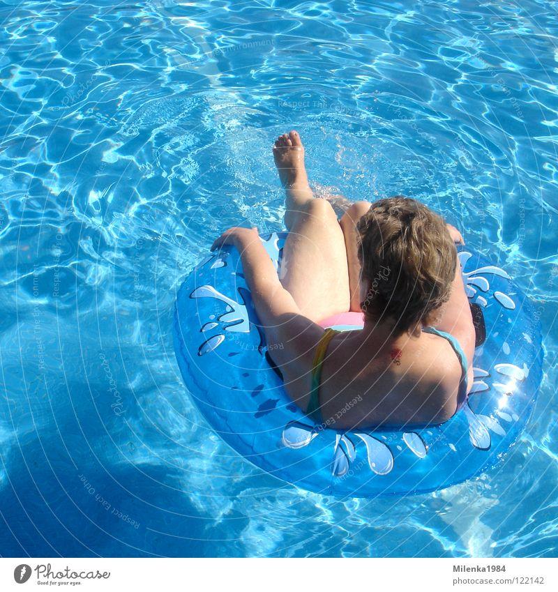 Sorglos II Frau blau Wasser Ferien & Urlaub & Reisen Sommer Freude Erholung Wärme Rücken Schwimmen & Baden Wellness Schwimmbad Italien Physik heiß