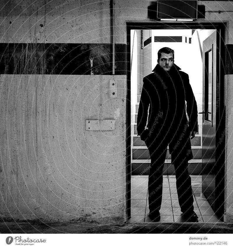 ²³ Mann alt weiß Stadt Winter Einsamkeit schwarz dunkel kalt Wand Mauer Linie Schuhe Tür Mund Haut