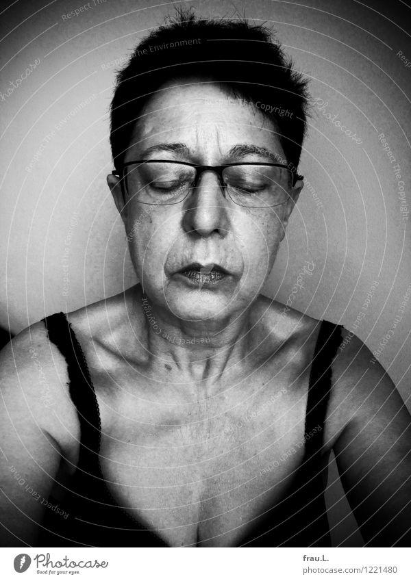 pur … Mensch feminin Weiblicher Senior Frau Gesicht Brust 1 60 und älter Unterwäsche schwarzhaarig kurzhaarig alt einzigartig Gefühle authentisch Scham