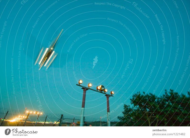 UFO Himmel Ferien & Urlaub & Reisen Reisefotografie Berlin fliegen Luftverkehr Textfreiraum Beginn Geschwindigkeit Flugzeug Eile Flugzeugstart Abheben