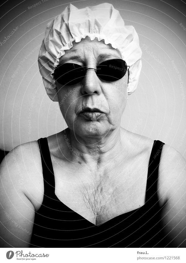 … und mit Mensch feminin Frau Erwachsene Weiblicher Senior Gesicht Brust 1 60 und älter Badeanzug Sonnenbrille Duschhaube Badekappe alt hocken Blick warten