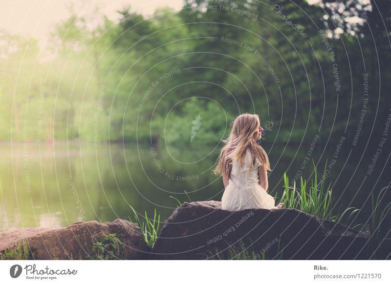 Einen Moment innehalten. Wohlgefühl ruhig Meditation Ferien & Urlaub & Reisen Ausflug Sommer Mensch feminin Junge Frau Jugendliche Erwachsene 1 18-30 Jahre