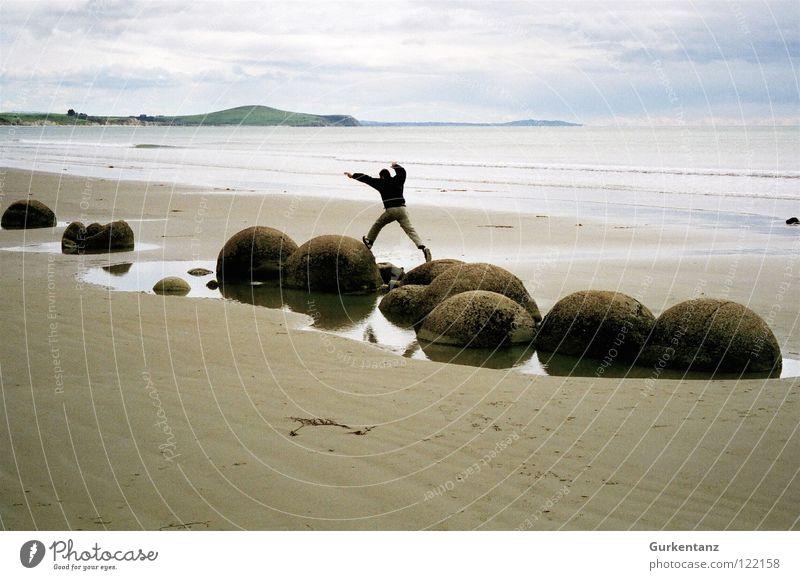 Steinspringen Mann Meer Strand Herbst Sand Küste Ball Gleichgewicht Neuseeland Mineralien Südinsel Moeraki Moeraki Boulder