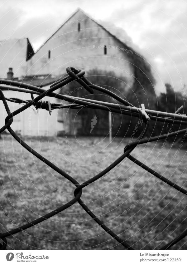 Verlassen alt Haus Einsamkeit Traurigkeit Angst Trauer trist Ende verfallen Verzweiflung gebrochen Zaun