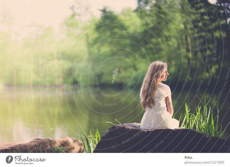 Erinnerung. Mensch feminin Junge Frau Jugendliche Erwachsene 1 18-30 Jahre Umwelt Natur Landschaft Wasser Sommer Park See Kleid blond langhaarig Erholung sitzen