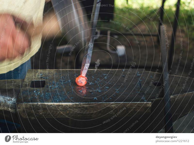 Schmied schmiedet Eisen auf Amboss Arbeit & Erwerbstätigkeit Handwerk Werkzeug Hammer Metall Stahl alt heiß retro rot Tradition Hufschmied schmieden bügeln