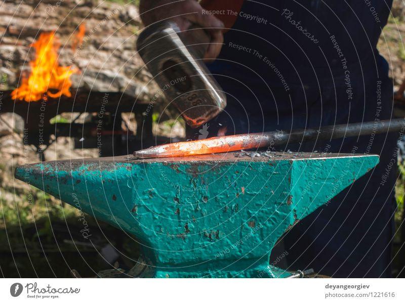 alt Hand rot Metall Arbeit & Erwerbstätigkeit retro heiß Tradition Stahl Handwerk Werkzeug Mitarbeiter industriell schwer heizen Hammer