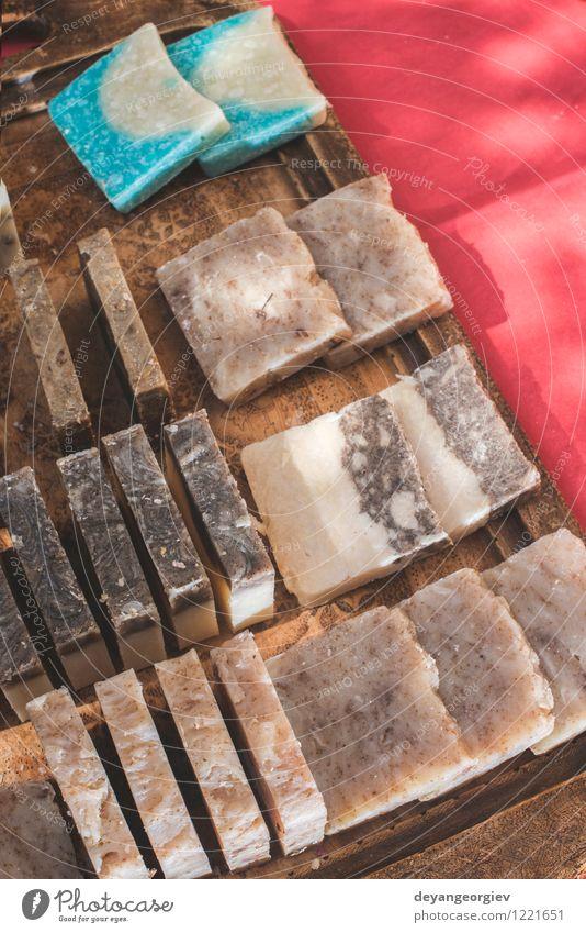 Handgemachte Seife mit Kräutern Natur weiß natürlich frisch Körper Sauberkeit Wellness Beautyfotografie rein Kosmetik Reichtum aromatisch heimwärts organisch