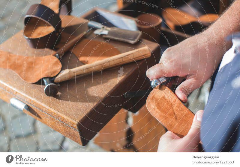 Hände machen Schuhe Basteln Arbeit & Erwerbstätigkeit Handwerk Werkzeug Mensch Mann Erwachsene Leder alt Tradition Schuster Werkstatt Fähigkeit Produktion
