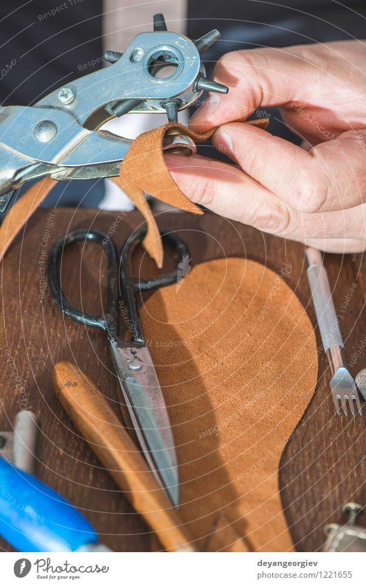 Schuhe manuell machen Basteln Arbeit & Erwerbstätigkeit Handwerk Business Werkzeug Hammer Frau Erwachsene Mann Fuß Kultur Leder alt Tradition Schuster Werkstatt
