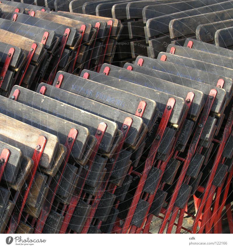 aneinandergelehnt rot Winter Farbe Erholung Straße Ernährung Holz Wärme Wege & Pfade Metall Park braun Wetter Zusammensein offen geschlossen