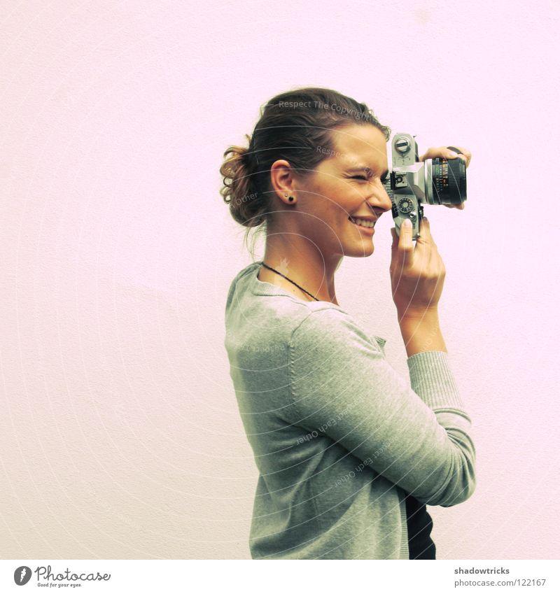 Nostalgie Frau Jugendliche alt Freude Stil Glück Fotografie Kunst Kultur Fotokamera Fotografieren Oldtimer Begeisterung