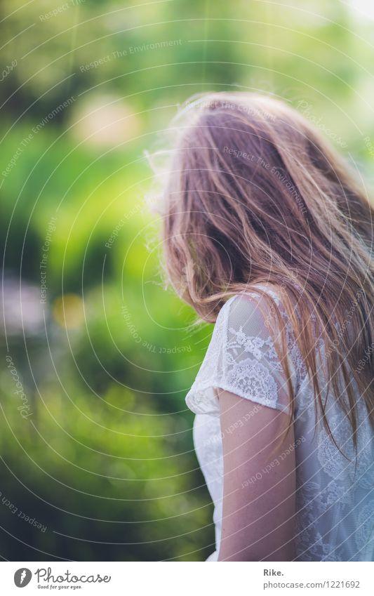 Andere Zeiten. Mensch Kind Natur Jugendliche schön Junge Frau Einsamkeit ruhig 18-30 Jahre Erwachsene Traurigkeit Gefühle feminin Denken Stimmung träumen