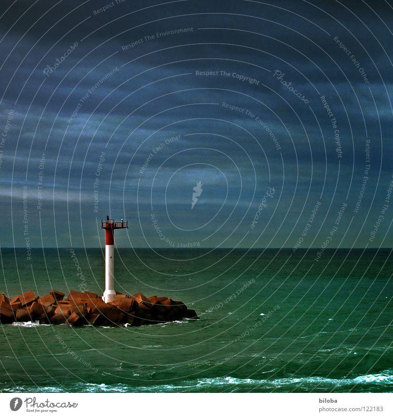 Leuchtturm II Orientierung begleiten Begleiter sozial gehen England Nebel Möwe Meer grün dunkel Licht Strahlung Horizont ungewiss Fernweh Trauer führen Richtung