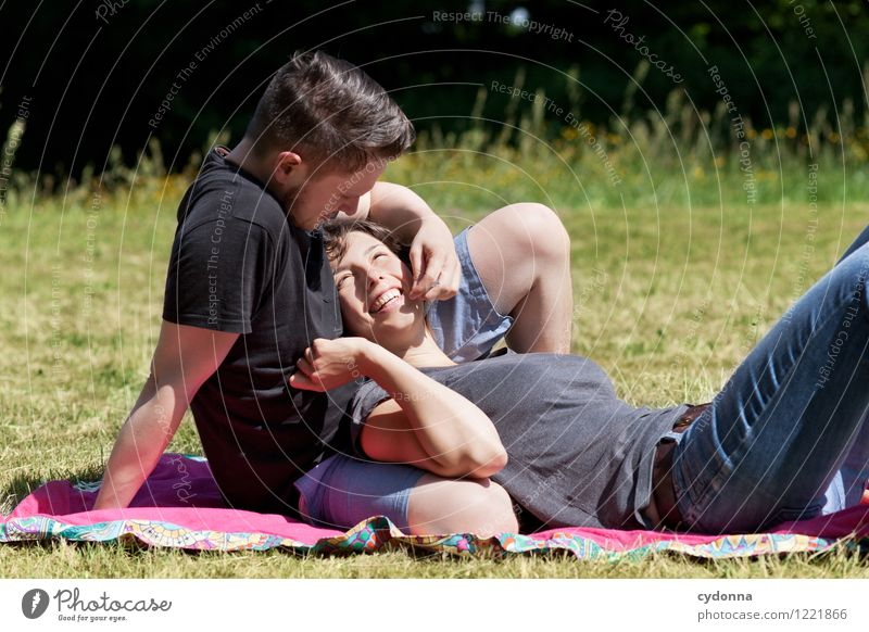 Zusammen Lifestyle Gesundheit Leben harmonisch Mensch Junge Frau Jugendliche Junger Mann Paar Partner 18-30 Jahre Erwachsene Natur Sommer Wiese Zufriedenheit