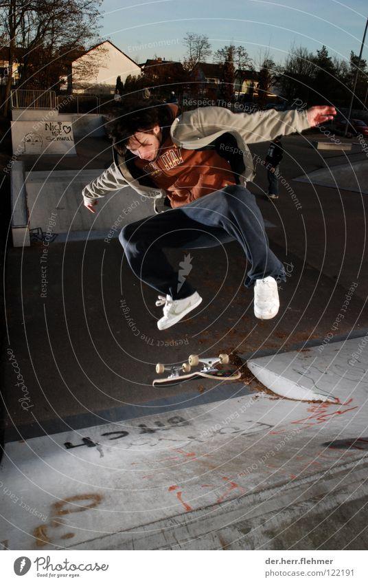 kickflip to fakie Kickflip Skateboarding Stil Rampe springen Trick Sportpark Blitze Licht Jacke Griptape Straßenhaftung Speyer Spielen Bank Schatten Jeanshose