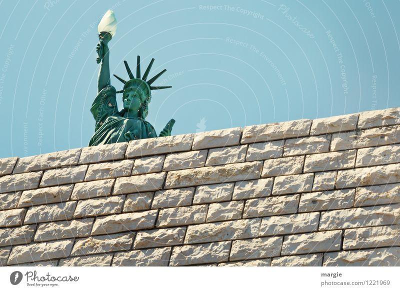 Ein Modell der Freiheits- Statue hinter einer Mauer Ferien & Urlaub & Reisen Tourismus Ferne Sightseeing Städtereise Kunstwerk Skulptur Bauwerk Wand