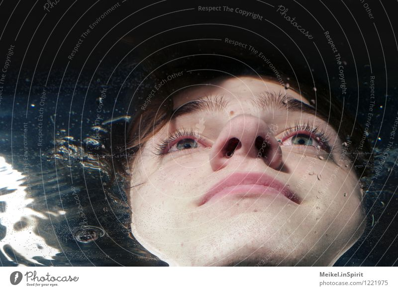 Blubb Mensch maskulin Junger Mann Jugendliche Erwachsene Kopf Gesicht 1 18-30 Jahre tauchen Flüssigkeit kalt nass blau Verzerrung Perspektive verkürzt