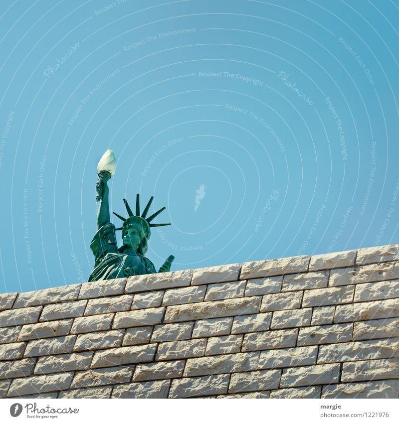 Ein Modell der Freiheits- Statue hinter einer Mauer Ferien & Urlaub & Reisen Tourismus Ferne Sightseeing Städtereise Sommer Bauwerk Gebäude Wand
