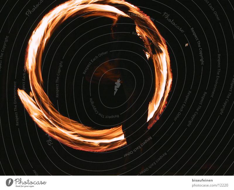 InCycle Nacht rotieren jonglieren Brand Mensch feuerspiel Flamme feuerstab
