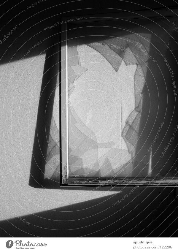Aus dem Rahmen fallen. weiß schwarz Wand Fenster Beleuchtung Glas Vergänglichkeit verfallen durchsichtig Fensterscheibe Scherbe Fensterrahmen