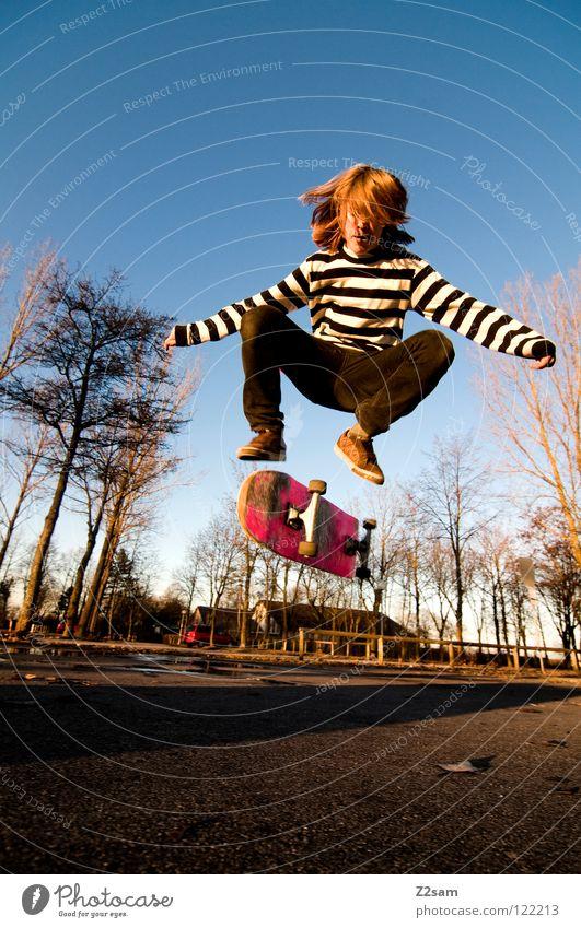 360 Flip III Stimmung Aktion Skateboarding Zufriedenheit Kickflip springen gestreift Teer Beton Licht Baum Weitwinkel Jugendliche Sport Pfütze