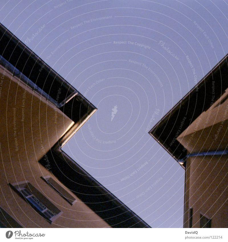 `<l|:*´ Himmel blau gelb Farbe Fenster Linie Wohnung Fassade hoch Ecke Häusliches Leben Dach Symbole & Metaphern Teile u. Stücke Bauernhof Etage