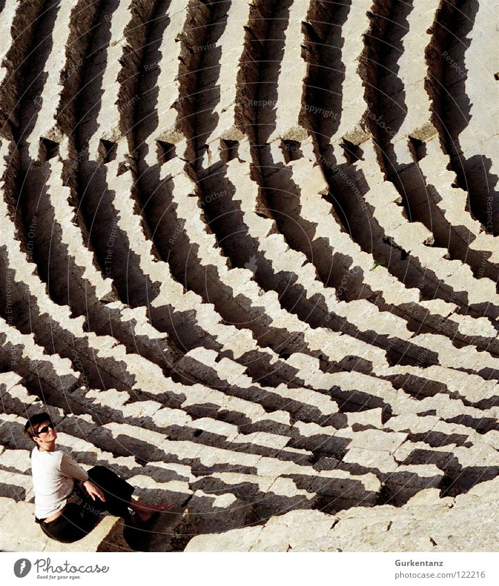 Audience Frau sitzen Treppe Theater Reihe historisch Publikum Rom Arena Kolosseum Jordanien Amman Jerash
