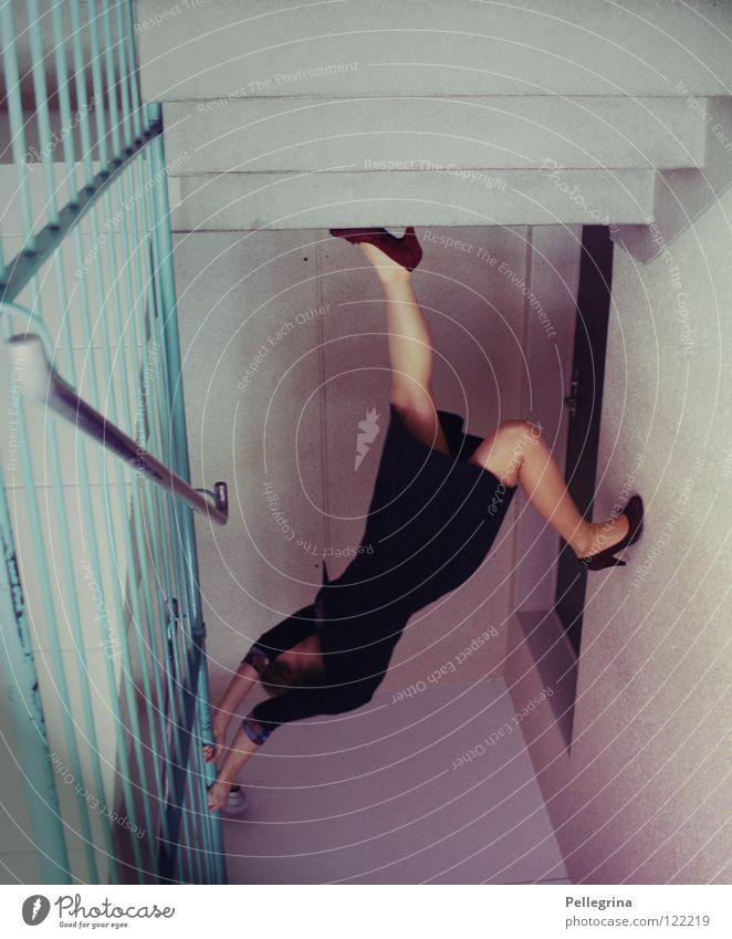 hals über kopf... Block Wand Frau Kleid Schuhe Damenschuhe Wade festhalten loslassen verkehrt Kopfstand Treppe Geländer Stein Tür Beine fallen Gang