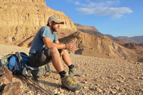 rest in the desert Picknick trinken Trinkwasser Flasche Glück Wohlgefühl Zufriedenheit Erholung ruhig Berge u. Gebirge wandern Klettern Bergsteigen Mensch