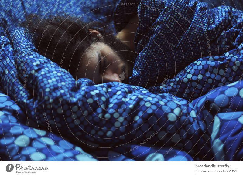 Wellenträume Mensch maskulin Junger Mann Jugendliche Erwachsene Kopf 1 18-30 Jahre 30-45 Jahre langhaarig Bart schlafen kuschlig nah Wärme blau Zufriedenheit