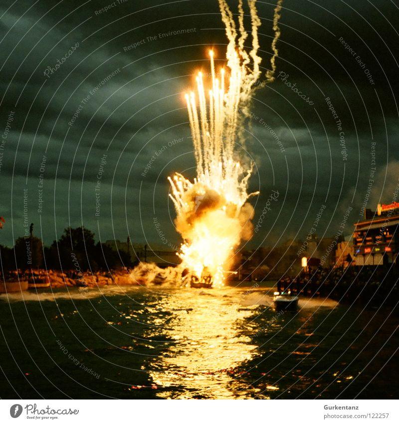 BOOM!!! Explosion Nacht dunkel Stunt Park Amerika Florida Leuchtrakete Silvester u. Neujahr Feuer Brand Wasser Feuerwerk USA warner movie world