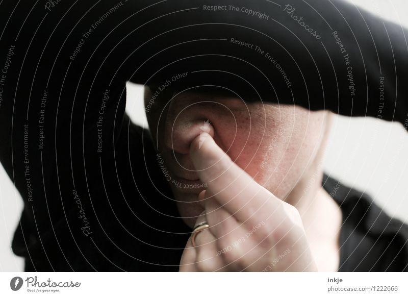 Ferkel Lifestyle Stil Frau Erwachsene Leben Gesicht Nase Finger 1 Mensch Ekel Gefühle Scham geheimnisvoll Tabubruch Verbote ungehorsam Nasensekret bohren