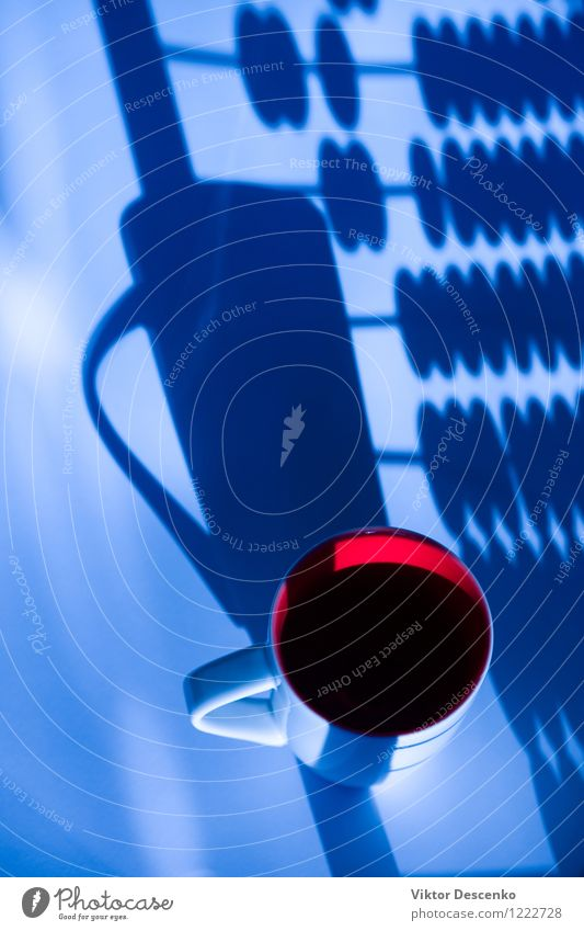 Becher gegen die Schattenantikenkonten Kaffee Leben Tisch Arbeit & Erwerbstätigkeit Büro Business Computer Notebook Technik & Technologie Papier modern blau