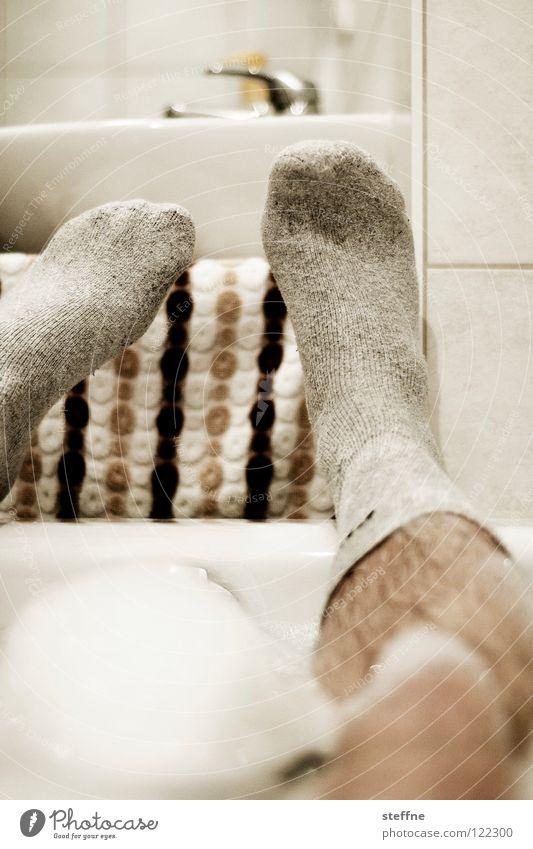 Sonntag ist Badetag Badewanne Erholung ausschalten gemütlich Keramik Reinigen Sauberkeit Knie Zehen Feierabend Wochenende sich etwas gönnen weiß gelb grün