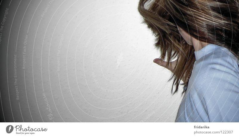 verdreht Haare & Frisuren Frau Erwachsene Hand Schulter 1 Mensch Pullover drehen blau braun durcheinander Daumen Innenaufnahme Detailaufnahme Textfreiraum links