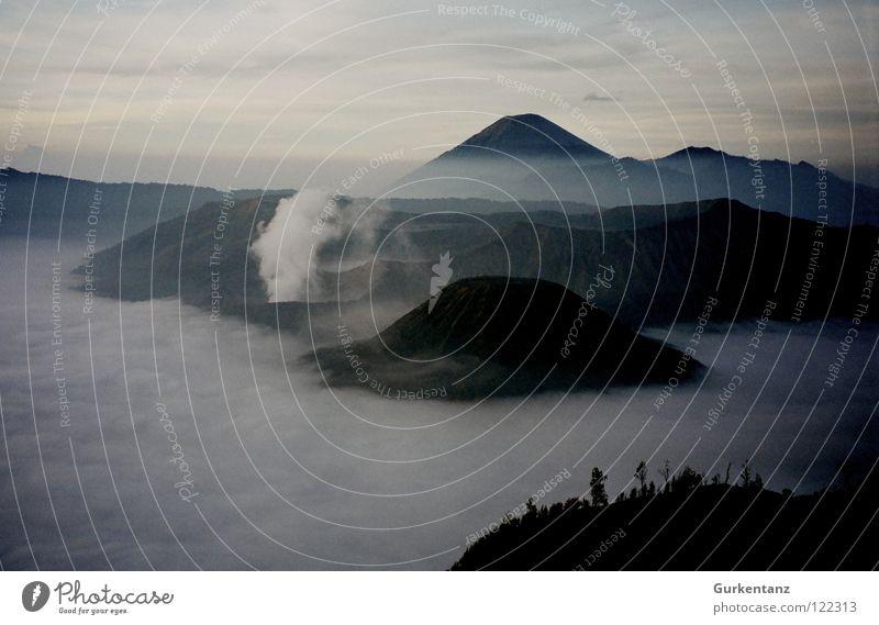 Mordor Wolken Nebel Wetter Aktion gefährlich Asien Rauch Bergsteigen Wasserdampf Vulkan Berge u. Gebirge Indonesien Schwefel Java