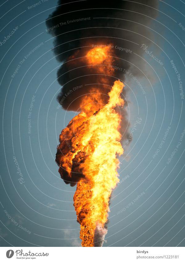 Feuer und Flamme Himmel blau schwarz gelb außergewöhnlich orange bedrohlich Industrie Brand Rauchen heiß Wolkenloser Himmel Abgas brennen