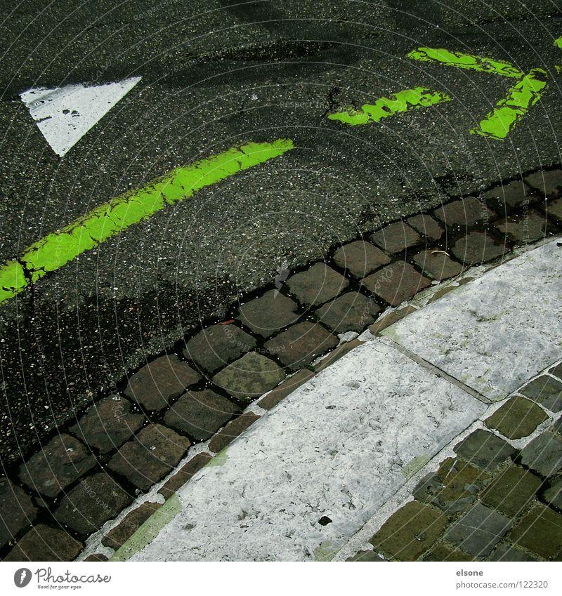 ::---------->:: grün rechts Bordsteinkante Richtung Straßenverkehrsordnung Vogelperspektive Stadt abbiegen Fahrradweg leer Straßenkreuzung Fahrbahnmarkierung