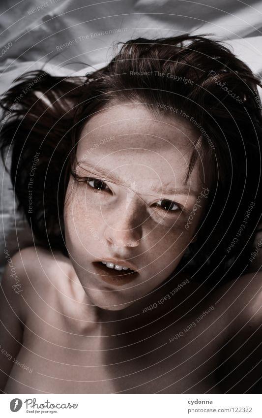 Siehst Du mich, seh' ich Dich IV Frau schön Beautyfotografie Porträt geheimnisvoll schwarz bleich Lippen Stil lieblich Selbstportrait Gefühle Licht Schwäche