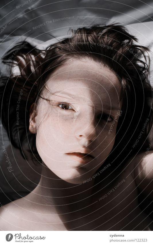 Siehst Du mich, seh' ich Dich V Frau schön Beautyfotografie Porträt geheimnisvoll schwarz bleich Lippen Stil lieblich Selbstportrait Gefühle Licht Schwäche