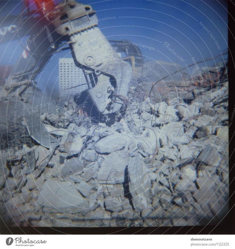 Destruction Site. Haus Beton Industrie Baustelle verfallen Maschine Leipzig Ruine Zerstörung Staub Demontage Bagger Schaufel Bauschutt Müll Lomografie