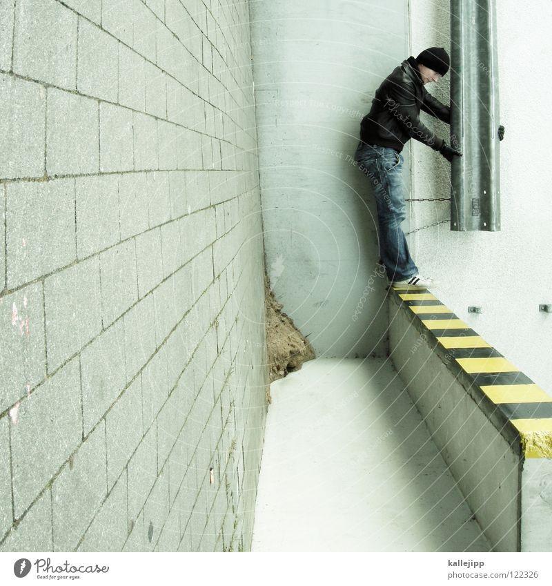 achtung standhaft Müll Sack Mann Silhouette Dieb Krimineller Rampe Laderampe Fußgänger Schacht Tunnel Untergrund Ausbruch Flucht umfallen Eingang Hauseingang