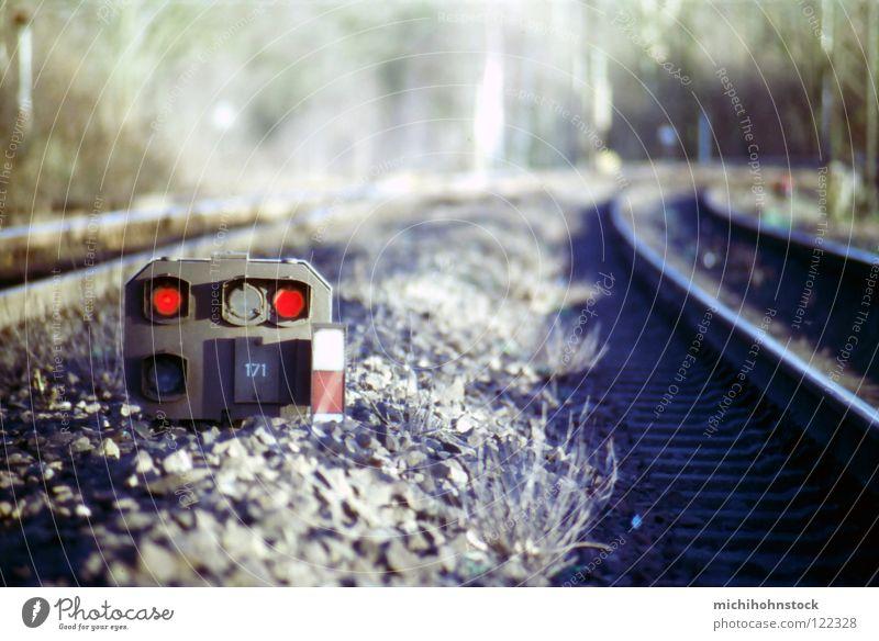 die Bahn kommt... Gleise Verkehrswege Dia analog Kies rot Ampel Lokführer Eisenbahn Signal Weiche tiefenunschärfe